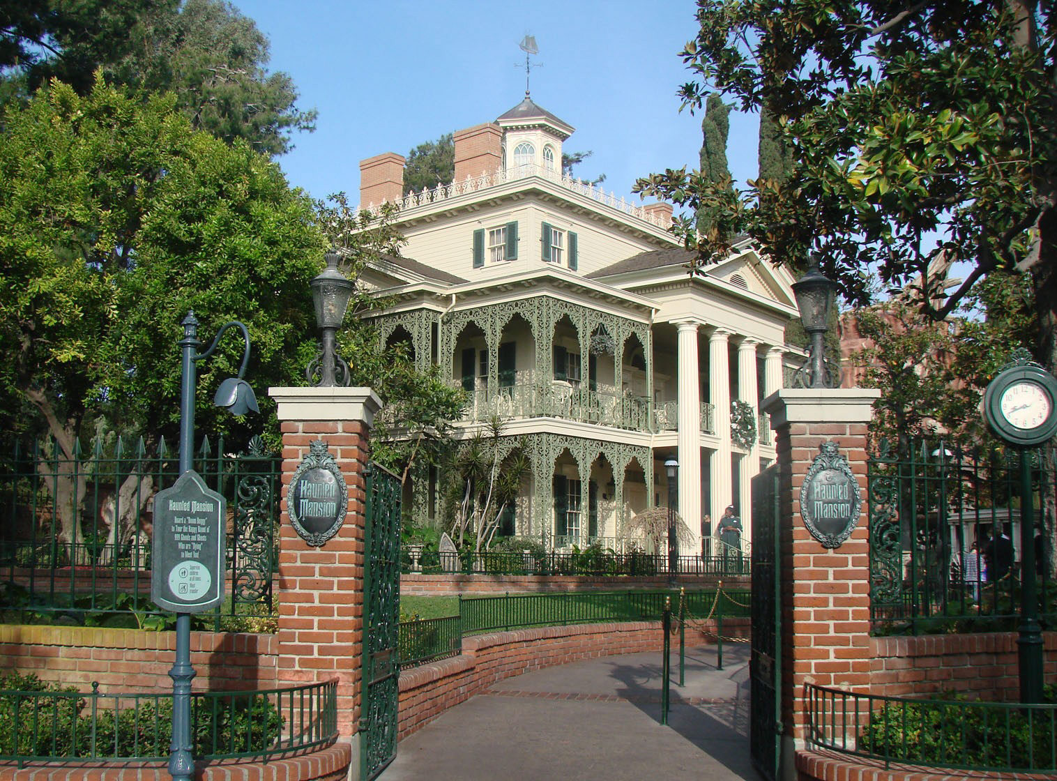 Exterior Mansion: 10 Of My Favorite Things To Do At Disneyland